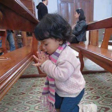 fetita la rugaciune